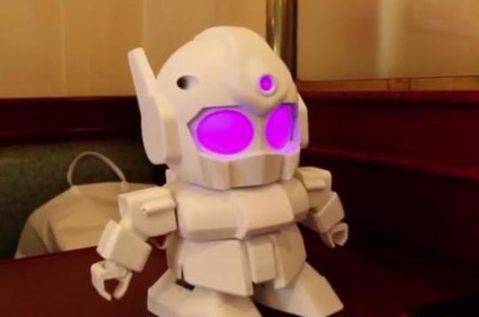 并且卡通机器人造型十分可爱