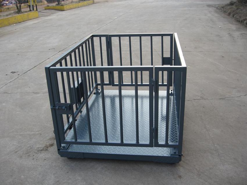 名称:牲畜秤 量程:1T/2T/3T/5T/10T 尺寸:1*1m 1.2*1.2m 1.2*1.5m 1.5*1.5m 1.5*2m 2*2m 1.5*3m 2*3m(可根据要求订做!) 围栏有镀锌管,方管,角铁等型材,适用于称动物猪牛羊等实用,可选有线或无线仪表, 适用于动物称重,结构设计便于冲洗围栏结构,高度及开门方式根据动物的不同可选台面尺寸及称重任选可选全不锈钢配置。